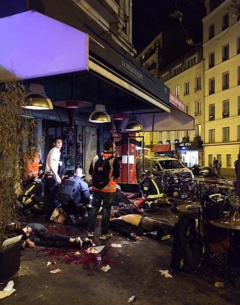 Na snímke obete streľby ležia pred reštauráciou La Bell Equipe