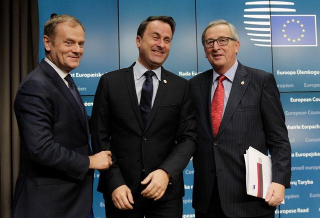 Na snímke zľava predseda Európskej rady Donald Tusk, luxemburský premiér Xavier Bettel a predseda Európskej komisie Jean-Claude Juncker