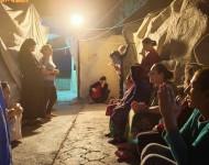 Irackí kresťania sa modlia ruženec v utečeneckom tábore v Erbile v Iraku.
