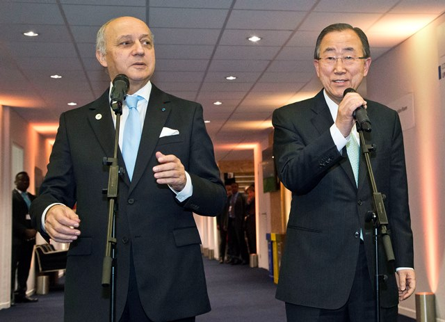Na snímke vľavo francúzsky minister zahraničných vecí Laurent Fabius a vpravo generálny tajomník Organizácie Spojených národov (OSN) Pan Ki-mun informujú média o výsledkoch Konferencie OSN o zmene klímy (COP21) v Paríži