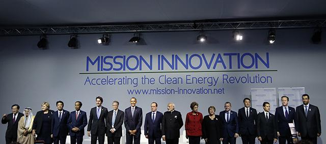 """Svetoví lídri, vrátane francúzskeho prezidenta Francoisa Hollanda (deviaty zľava) a amerického prezidenta Baracka Obamu (ôsmy zľava) pózujú počas skupinovej fotografie na stretnutí Misia inovácie: """"Urýchlenie úplnej energetickej revolúcie"""" v rámci klimatického summitu OSN v Paríži."""