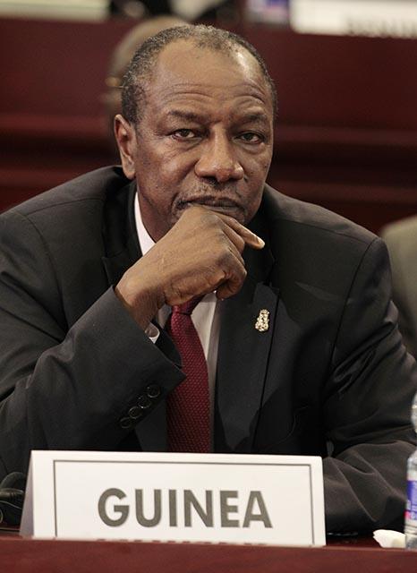 Na snímke guinejský demokraticky zvolený prezident Alpha Conde