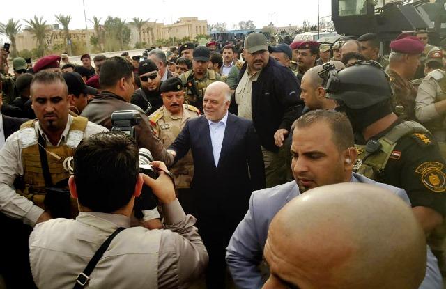 Na snímke uprostred iracký premiér Hajdar Abádí