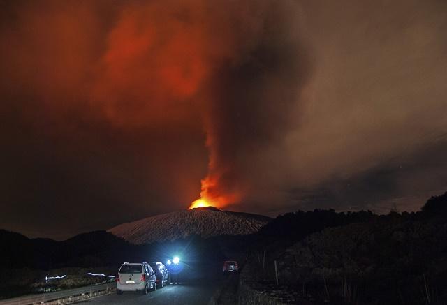 Na snímke erupcia sicílskej sopky Etny z pohľadu neďaleko od Catanie 4. decembra 2015