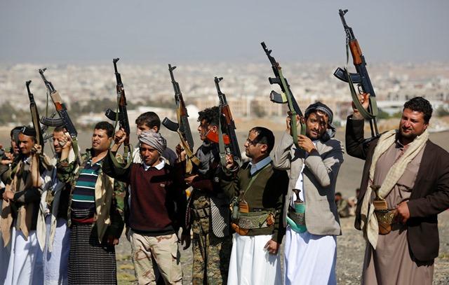 Na snímke šiitskí povstalci, tzv. húsíovia držia zbrane počas zhromaždenia na vyjdrenie podpory svojmu hnutiu v Saná