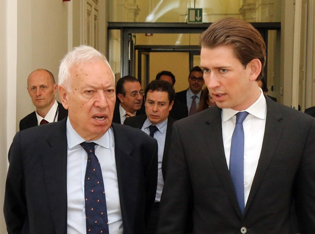 Na snímke vpravo rakúsky minister zahraničných vecí Sebastian Kurz a vľavo jeho španielsky rezortný kolega José Manuel García-Margallo