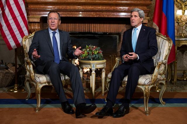 Na snímke ruský minister zahraničných vecí Sergej Lavrov (vľavo) a americký šéf diplomacie John Kerry