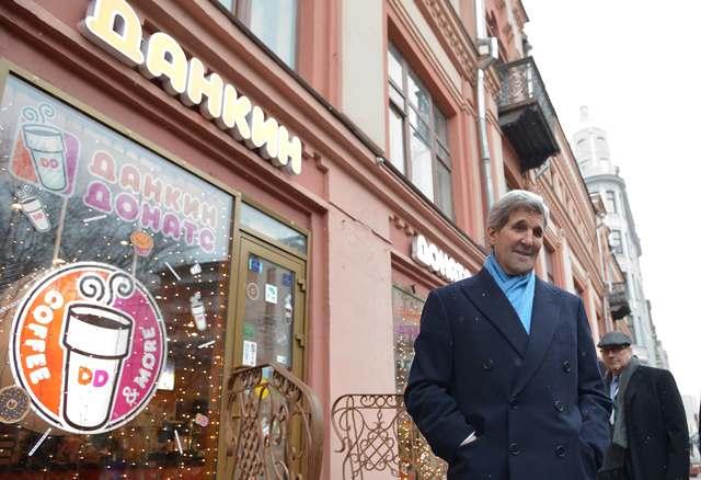 Na snímke šéf americkej diplomacie John Kerry sa zastavil pred výkladom obchodu so šiškami na ulici Arbat počas nákupu suvenírov v ruskej metropole Moskva po rokovaniach s ministrom Lavrovom