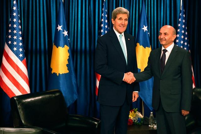 Na snímke americký minister zahraničných vecí John Kerry (vľavo) a kosovský premiér Isa Mustafa