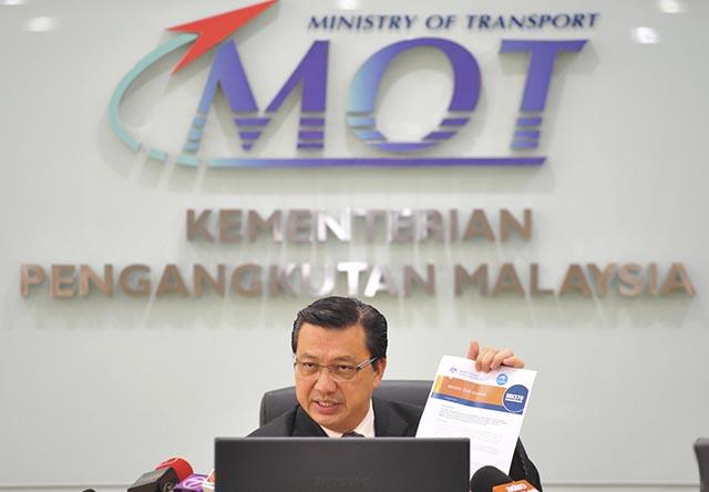 Na snímke malajzijský minister dopravy Liow Tiong Lai