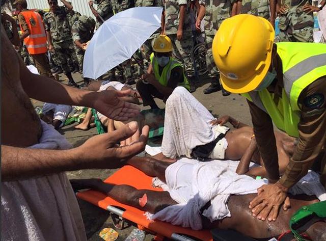 Na snímke zdravotníci ošetrujú zraneného moslimského pútnika, ktorého ušliapali počas rituálneho hádzania kameňov v saudskoarabskom meste Miná, neďaleko svätého mesta Mekka