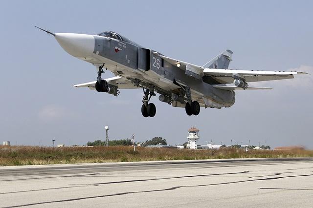 Bombardér SU-24M štartuje z leteckej základe Chmeimim v Sýrii