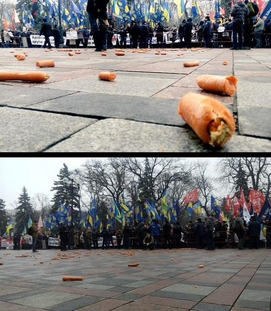 Snímka z protestu Ukrajincov proti premiérovi Arsenijovi Jaceňukovi