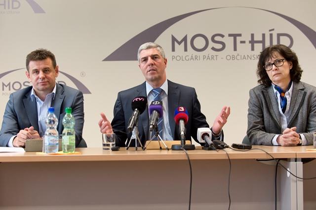 Na snímke uprostred predseda strany Béla Bugár, vpravo podpredsedníčka strany Lucia Žitňanská a vľavo podpredseda strany László Solymos