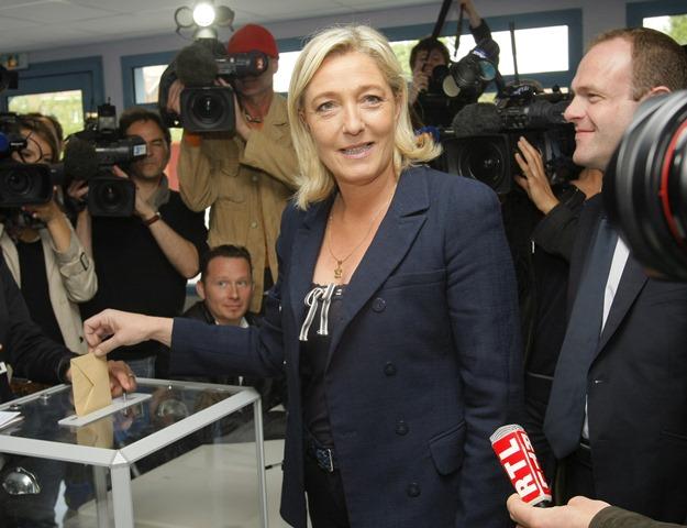 Na snímke líderka krajne pravicového Národného frontu (FN) Marine Le Penová vhadzuje hlasovací lístok