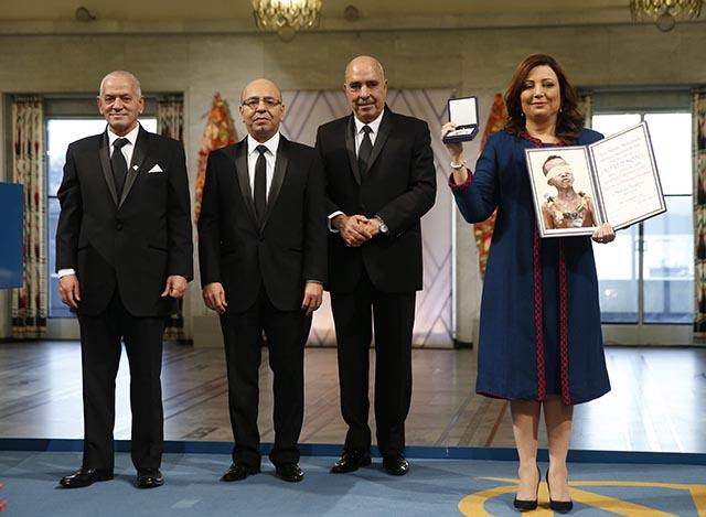 Na snímke zástupcovia kvarteta pre národný dialóg v Tunisku v nórskom Osle prevzali Nobelovu cenu mieru za rok 2015
