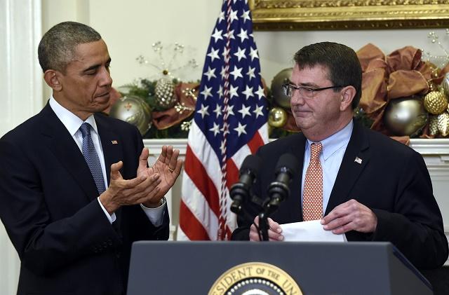 Na snímke minister obrany USA Ashton Carter (vpravo) spolu s prezidentom Barackom Obamom