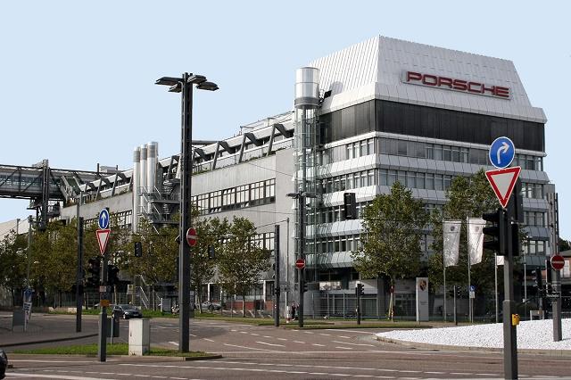 Na snímke výrobňa automobilky Porsche v Stuttgarte