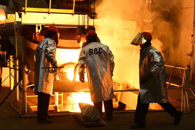 Na snímke pracovníci fabriky