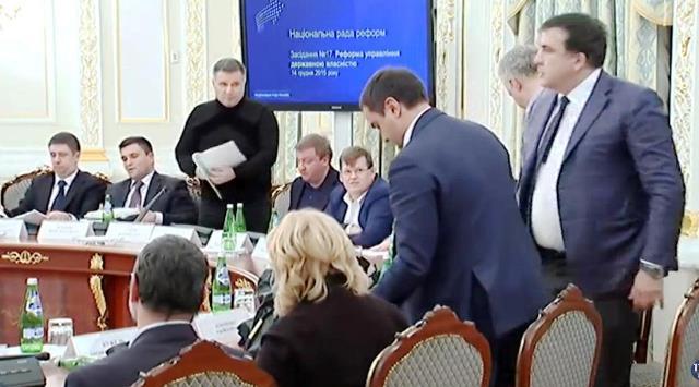 Na snímke z videa Avakov a Saakašvili počas rokovania rady