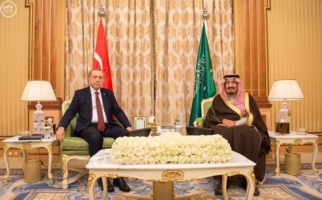 Na snímke saudskoarabský kráľ Salmán (vpravo) a turecký prezident Recep Tayyip Erdogan