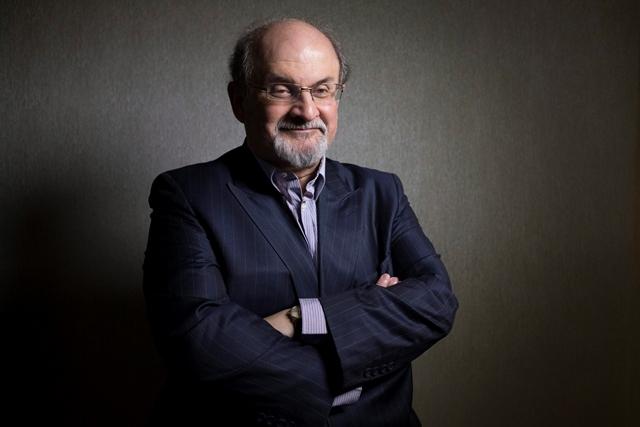 Na snímke Salman Rushdie