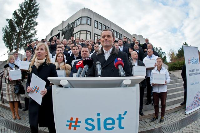 Na snímke uprostred predseda strany #Sieť Radoslav Procházka počas brífingu k odovzdaniu podpisov pod petíciu za zavedenie hmotnej zodpovednosti politikov a vylúčenie schránkových firiem z verejného priestoru