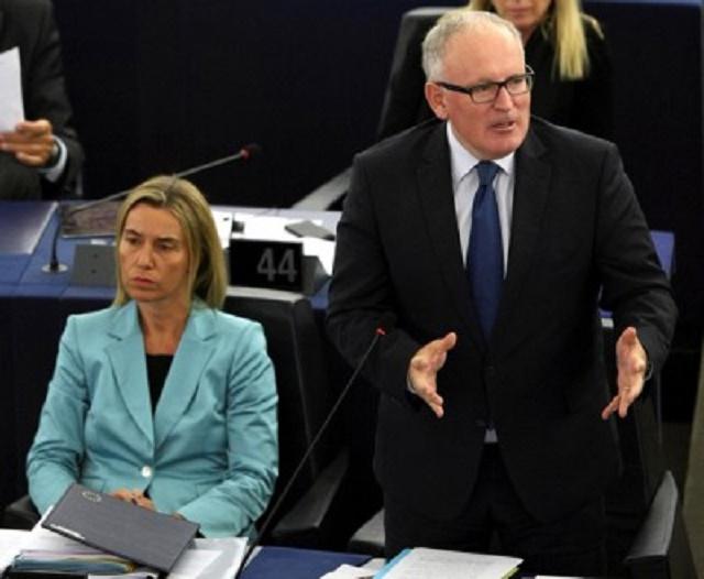 Na snímke vpravo podpredseda Európskej komisie Frans Timmermans
