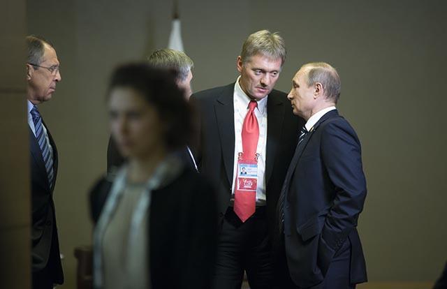 Na snímke ruský prezident Vladimir Putin (vpravo), hovorca Kremľa Dmitrij Peskov (druhý sprava) a šéf ruskej diplomacie Dmitrij Lavrov (vľavo)