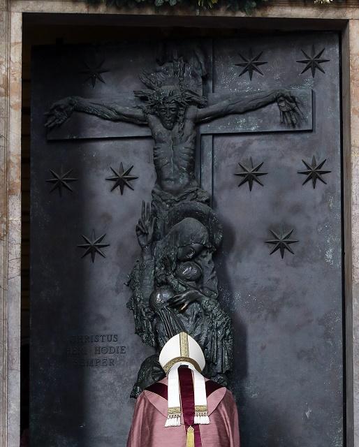Pápež františek pri otváraní Svätej brány v Lateránskej bazilike počas tretej adventnej nedele 13. decembra 2015