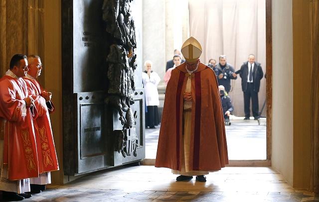 Pápež František tesne po otvorení Svätej brány sv. Jána v Lateránskej bazilike v tretiu adventnú nedeľu 13. decembra 2015