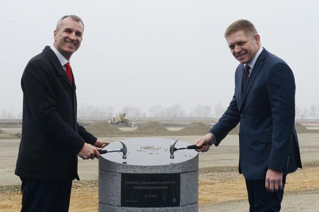 Na snímke poklepkanie základného kameňa, vpravo predseda vlády SR Robert Fico a predseda predstavenstva VW SK Albrecht Reimold