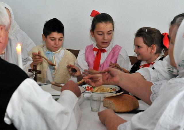 968e922f59ab Ponorte sa s nami do čara Vianoc v tradičnej slovenskej rodine v ...
