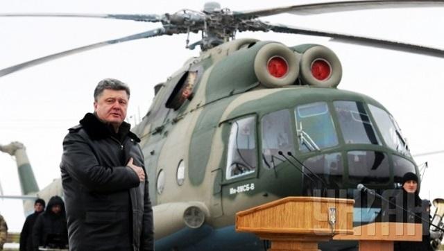 Na snímke ukrajinský prezident Petro Porošenko pri vrtuľníku