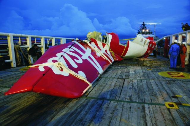 Na snímke časti lietadla spoločnosti AirAsia, ktoré havarovalo v decembri minulého roku v indonézskom Pangkalan Bune