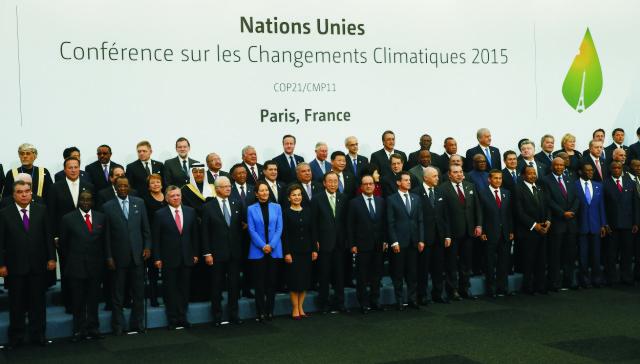 Svetoví lídri pózujú počas skupinovej fotografie na klimatickom summite OSN v Paríži (COP21) 30. novembra 2015