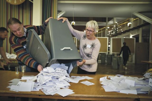 Na archívnej snímke spočítavanie hlasov po skončení referenda o bližšom vzťahu k EÚ