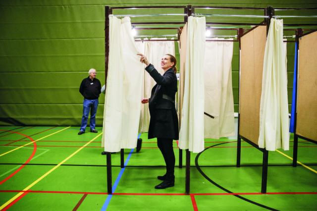 Líderka sociálnych demokratov Mette Frederiksenová kontroluje volebné plenty pred otvorením volebnej referendovej miestnosti v Kodani vo štvrtok 3. decembra 2015