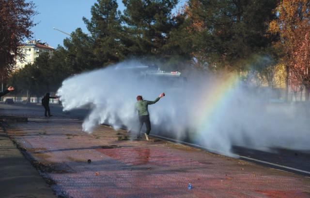 Poriadková polícia používa vodné delá a slzotvorný plyn počas protestu