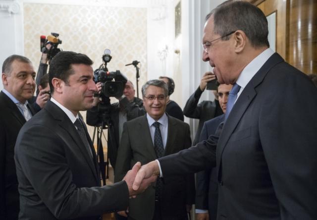 Na snímke vpravo ruský minister zahraničných vecí Sergej Lavrov a líder tureckej prokurdskej Ľudovej demokratickej strany (HDP) Selahattin Demirtas počas stretnutia v Moskve 23. decembra 2015