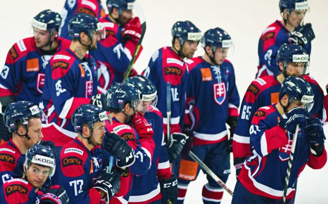 Na snímke snímke smutní slovenskí hokejisti po prehre 2:3 po nájazdoch so Švajčiarskom vo finále turnaja Arosa Challenge 2015 medzi Slovenskom a Švajčiarskom