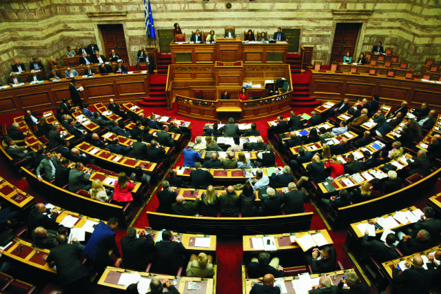 Na archívnej snímke poslanci gréckeho parlamentu počas zasadania