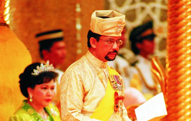 Na archívnej snímke brunejský sultán Hassanala Bolkiaha a vľavo brunejská káľovná Hadžá Mariam