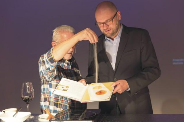 Knihu uviedol do sveta Pavel Pospíšil, kuchár s viac ako štyridsaťročnou skúsenosťou, ktorý bol 13 rokov nositeľom michelinovskej hviezdy. Na snímke vľavo Pavel Pospíšil a Richard Sulík