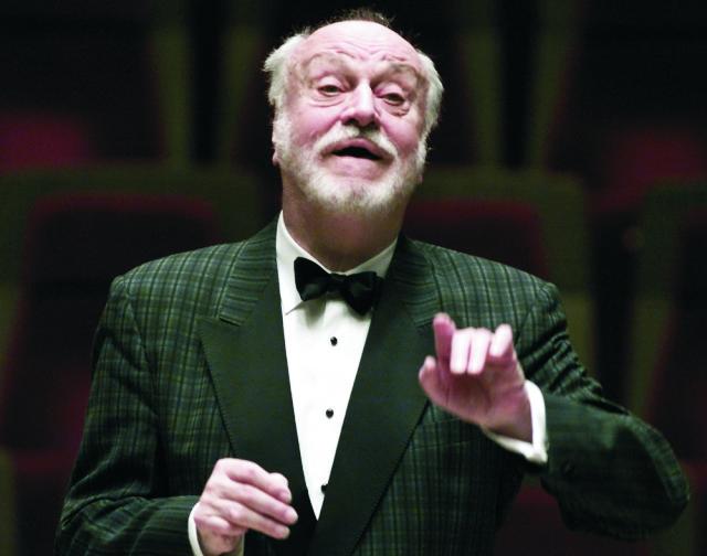 Na archívnej snímke z 10. októbra 2015 nemecký dirigent Kurt Masur