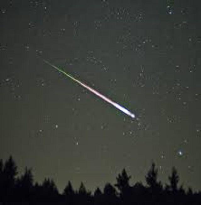 Meteorit na nočnej oblohe
