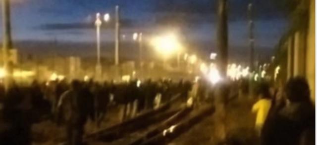 Na snímke z videa metró po explózii