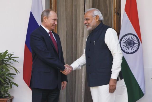 Na archívnej snímke si ruský prezident Vladimir Putin (vľavo) podáva ruku s indickým premiérom Naréndrom Módím