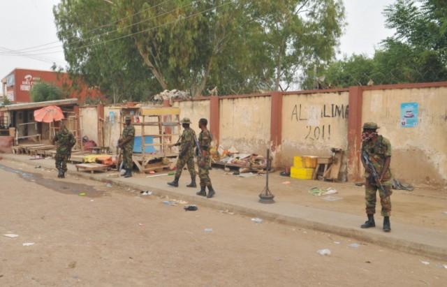 Nigérijskí vojaci hliadkujú na mieste explózie