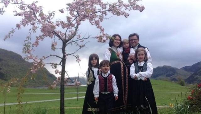 Na snímke Ruth a Marius Bodnariu so svojim deťmi tesne pred tým, ako im ich odobrali